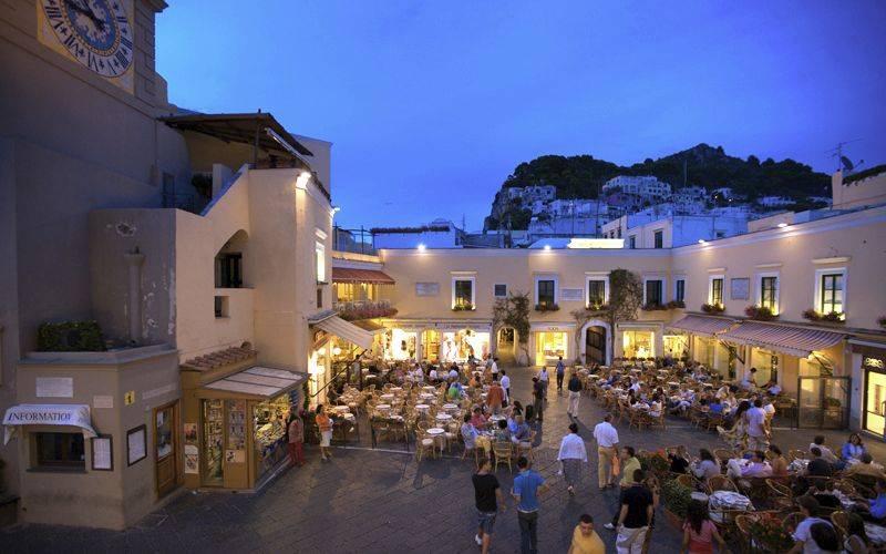 Esta imagem possuí um atributo alt vazio; O nome do arquivo é A-Piazza-Umberto-I-conhecida-mundialmente-como-Piazzeta-de-Capri.-Foto-Capri.com_.jpg