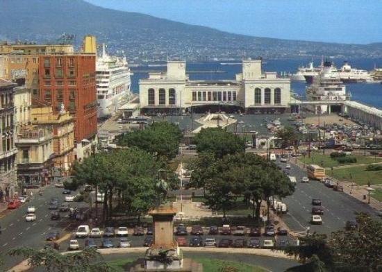 Esta imagem possuí um atributo alt vazio; O nome do arquivo é Praça-no-centro-histórico-de-Nápolis.-Ao-fundo-o-porto-da-cidade.-Foto-TripAvisor.jpg