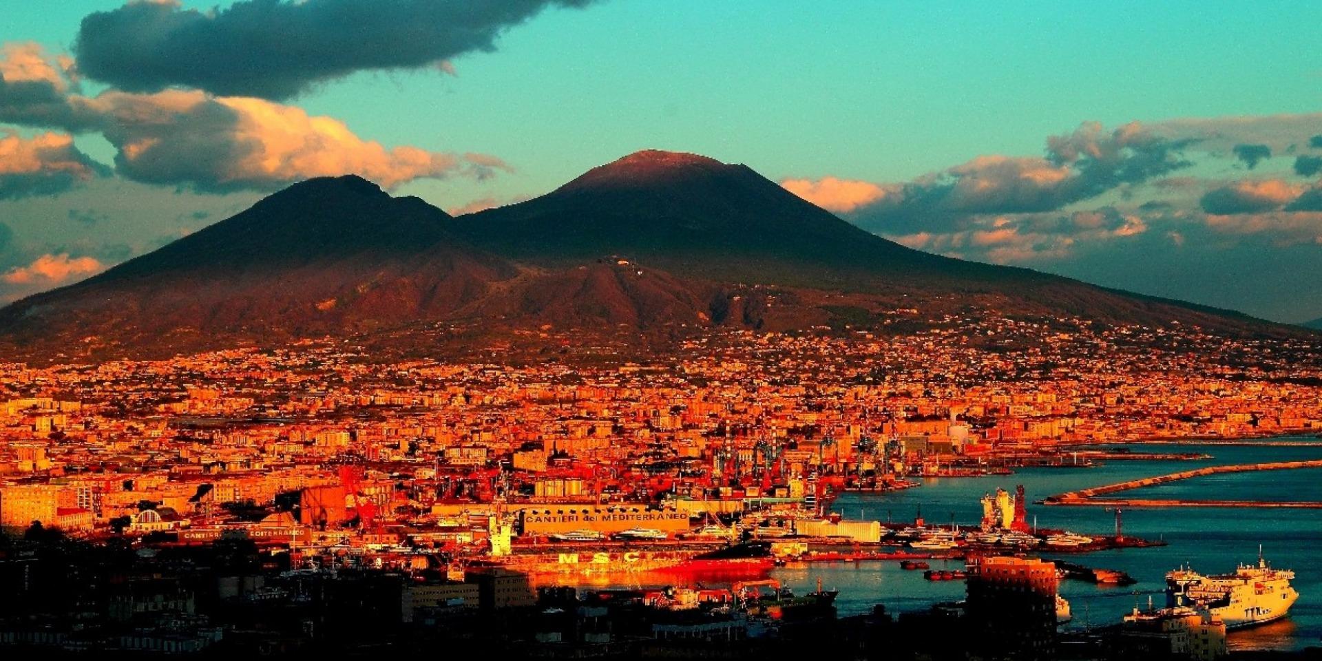 Esta imagem possuí um atributo alt vazio; O nome do arquivo é Vesúvio-domina-a-paisagem-do-Goldo-de-Nápoles.-Foto-Pinterest.jpg